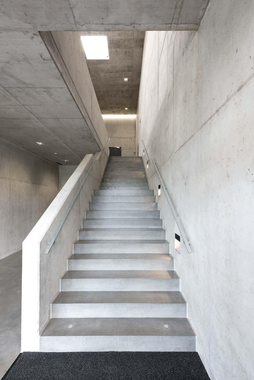 Innenaufnahme des Treppenhauses des Öki- und Werkhofs in Unterägeri. Böden und Wände sind aus purem Beton.