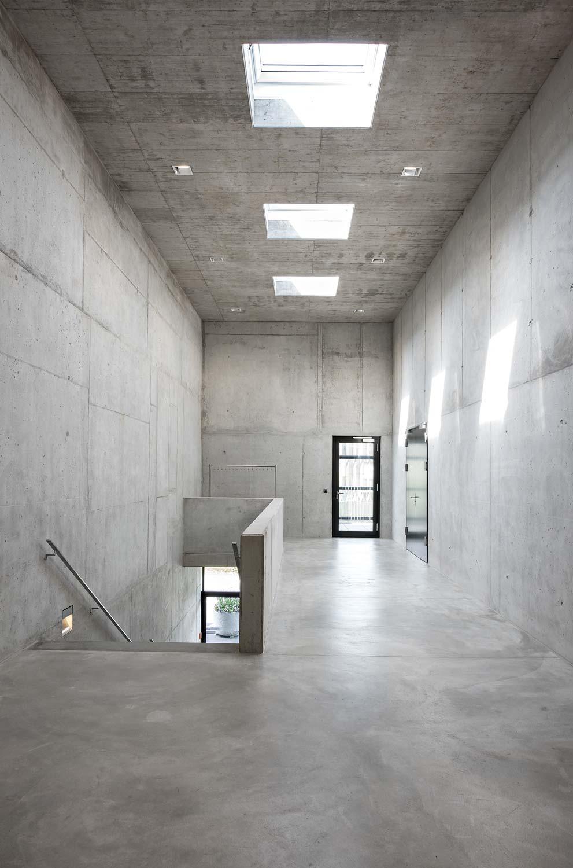 Innenaufnahme des Öki- und Werkhofs in Unterägeri. Böden und Wände sind aus purem Beton.