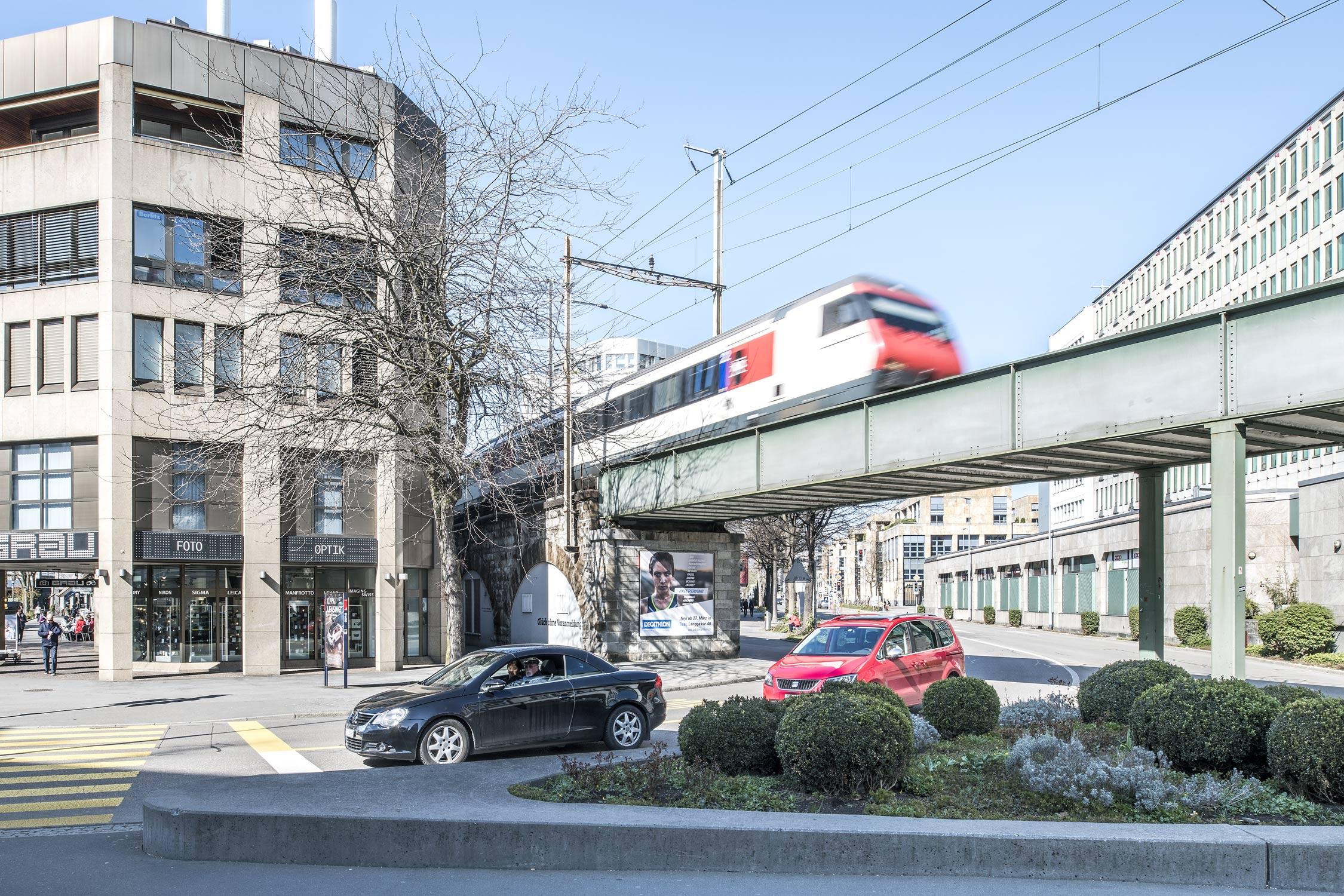 Bahnlinie durch Zug Bundesplatz Fotografie Regine Giesecke