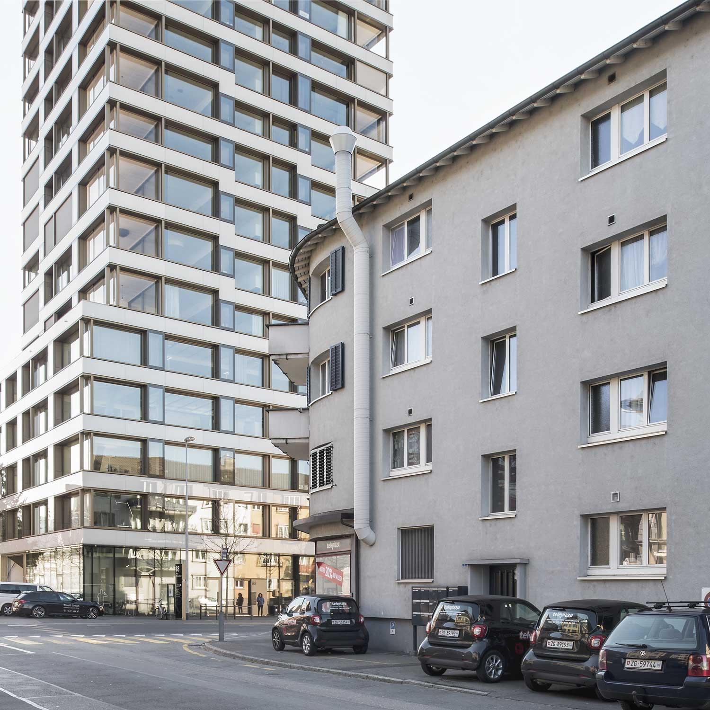 Hochhaus Obstverband und älteres Haus in Zug im Dialog. Fotografie Regine Giesecke