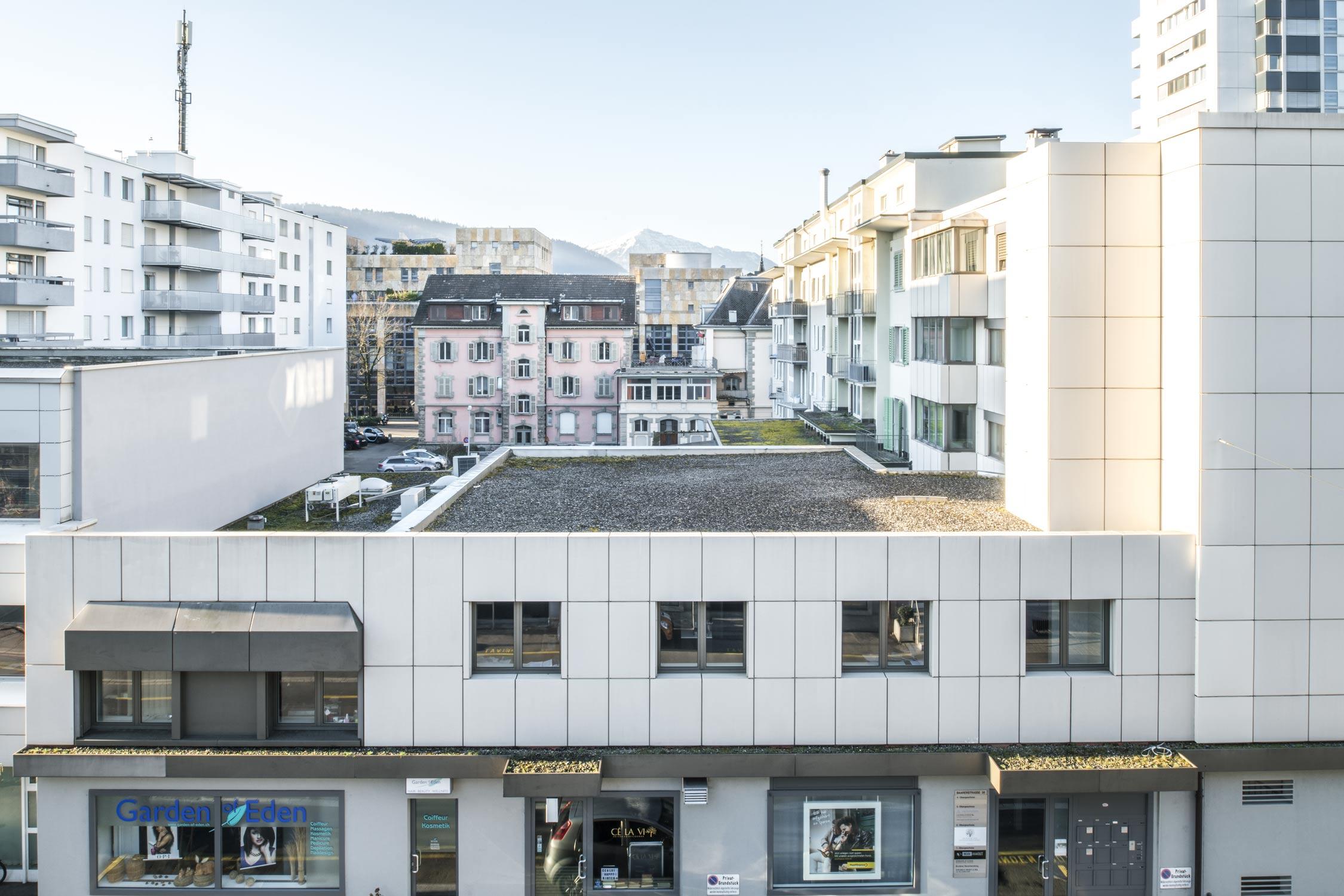 Gubelstrasse Blick über Häuser mit Metalli Einkaufszentrum und der Rigi im Hintergrund. Fotografie Regine Giesecke