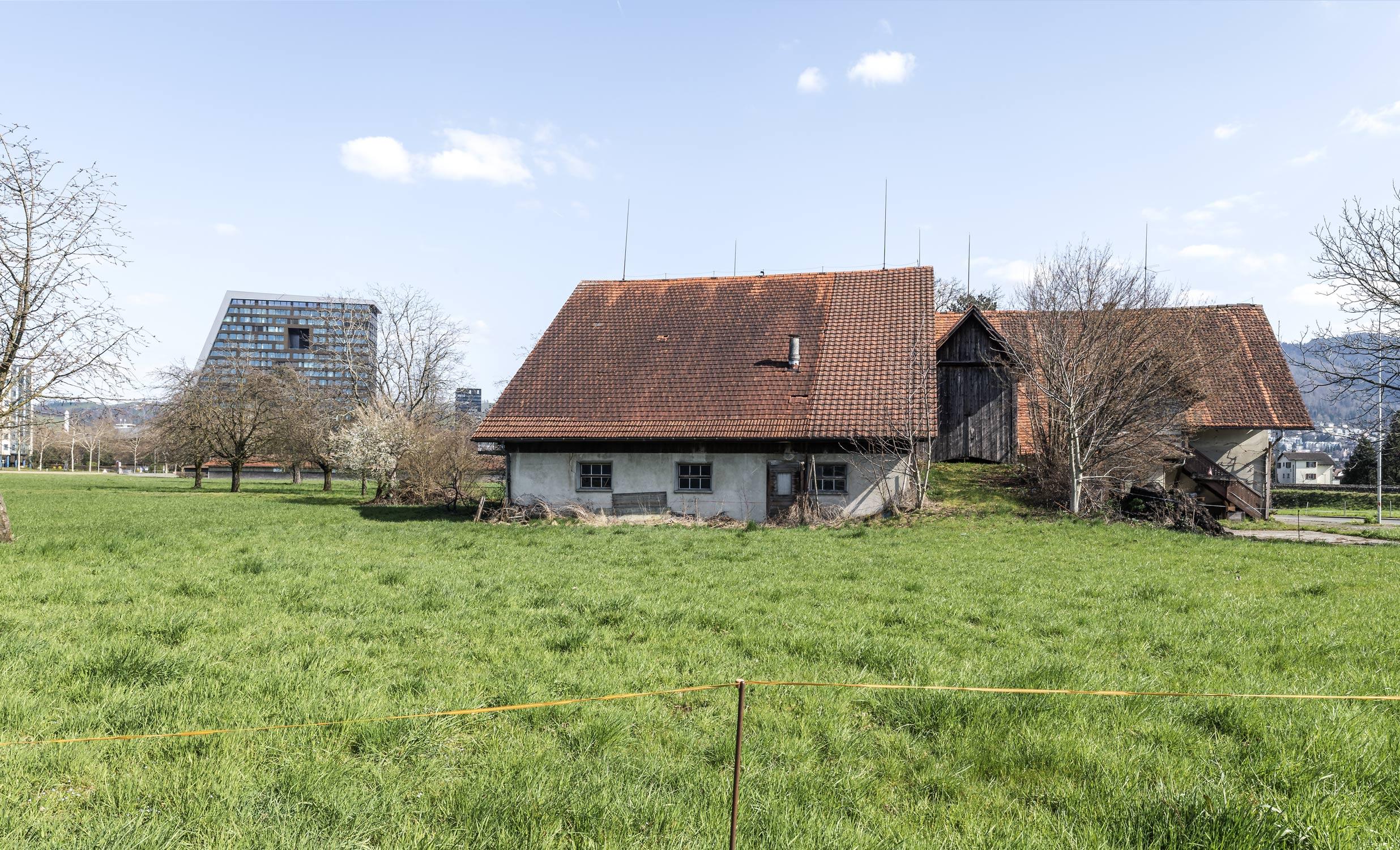Bauernhof vor Uptown Stadt Zug Fotografie Regine Giesecke